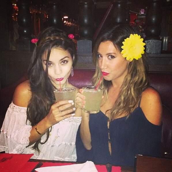"""Puis avec son amie Ashley Tisdale, partenaire dans le film """"High School Musical"""""""