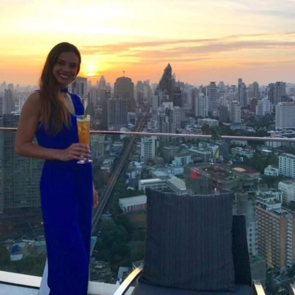 L'ex-Miss France contemple le magnifique coucher de soleil depuis les toits