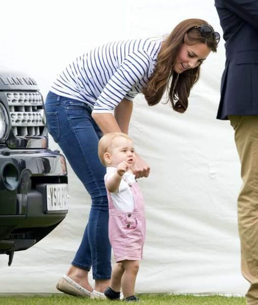 Ah, le royal baby a repéré quelque chose à la buvette...