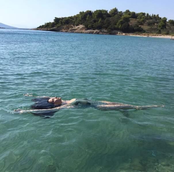 Lily Aldridge profite du calme de la Grèce.