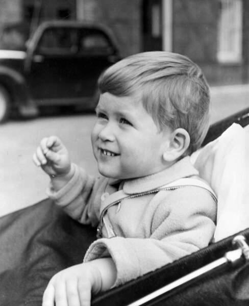 Dans son landau à 2 ans, Charles, prince de Galles et héritier de la couronne est né le 14 novembre 1948