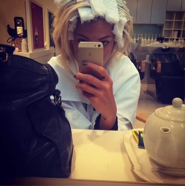 Côté selfies, Caroline Receveur nous en a offert un chez le coiffeur