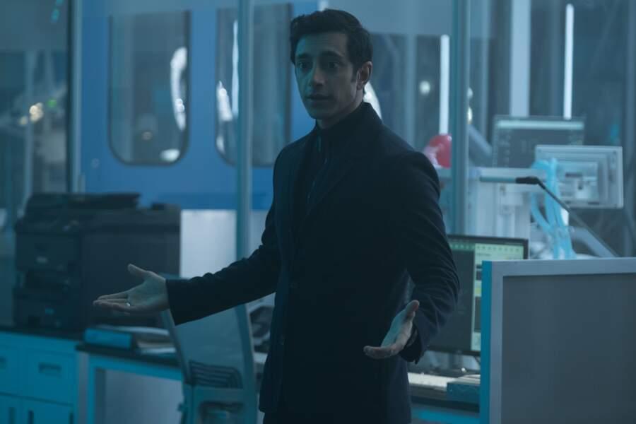 C'est Carlton Drake (Riz Ahmed), le diabolique inventeur qui est à la commande du Laboratoire