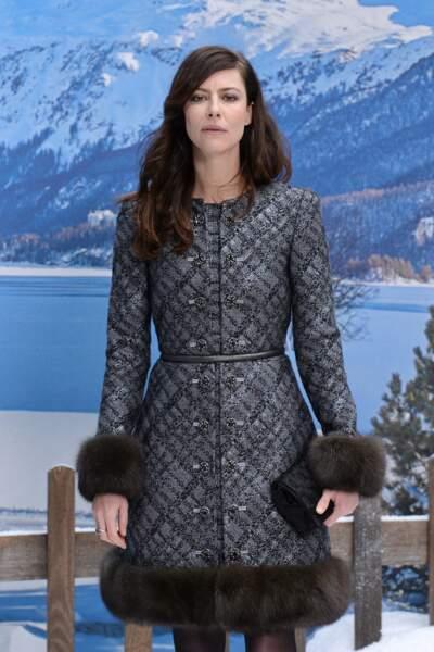Anna Mouglalis est, elle aussi, en manteau mais avec fourrure