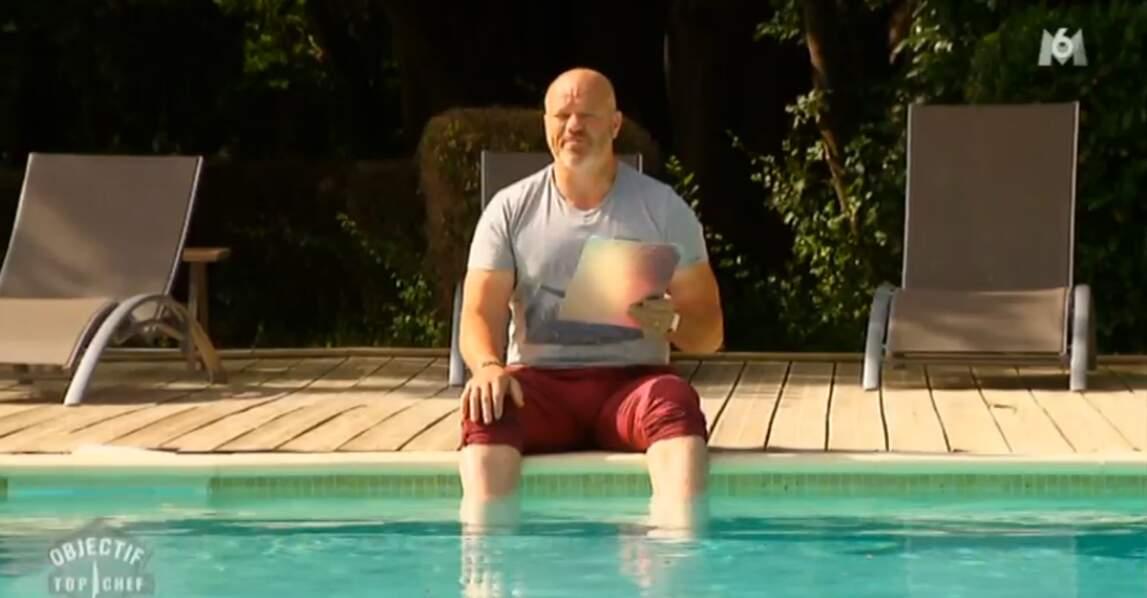 Look détente pour Philippe Etchebest, au bord de la piscine