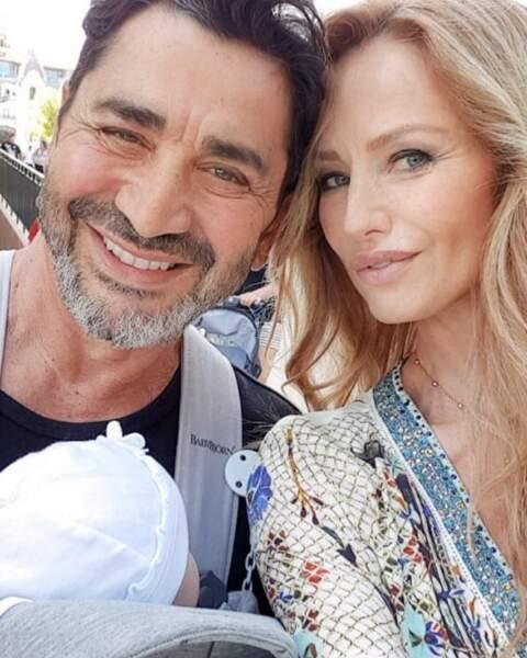 La belle Adriana Karembeu, 46 ans, et son mari et homme d'affaire, Aram Ohanian, ont la joie de vous présenter