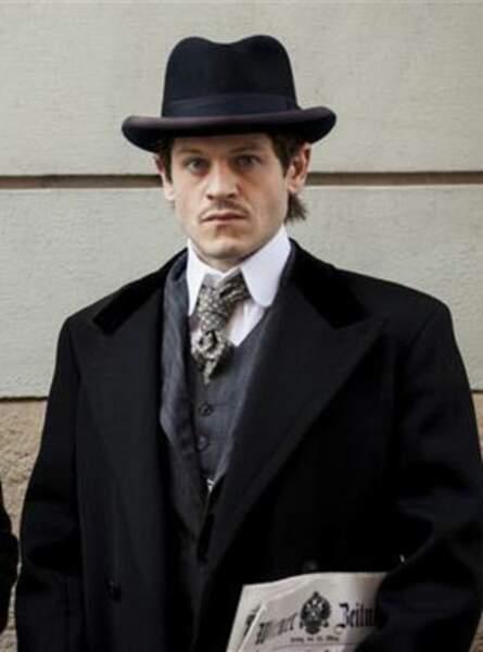 Récemment, il a joué un rôle surprenant : celui d'Hitler avant la guerre dans le téléfilm Adolf, The Artist