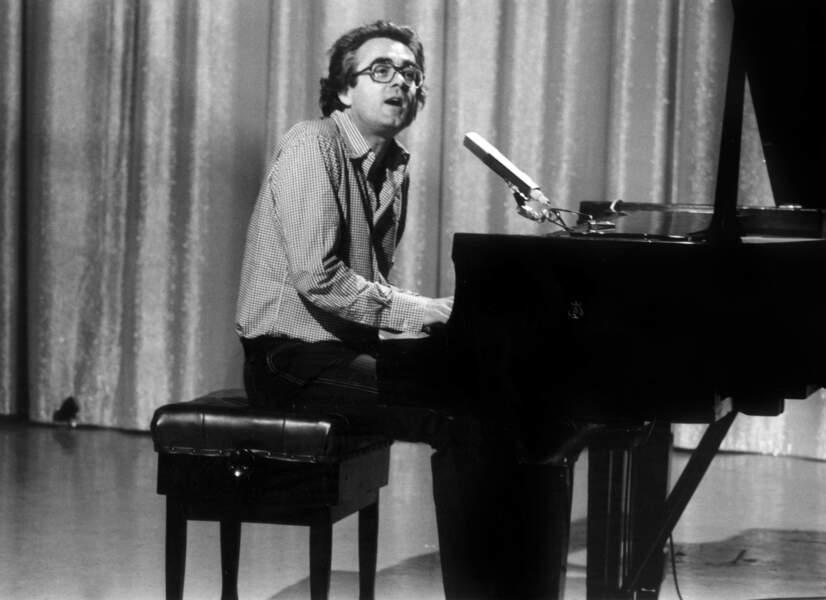 Michel Legrand au piano lors de l'émission télé Domino, le 19 avril 1974