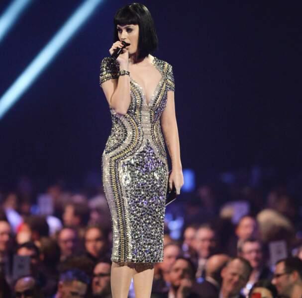 Mais elle a aussi proposé un grand classique, comme Beyoncé : la robe scintillante.