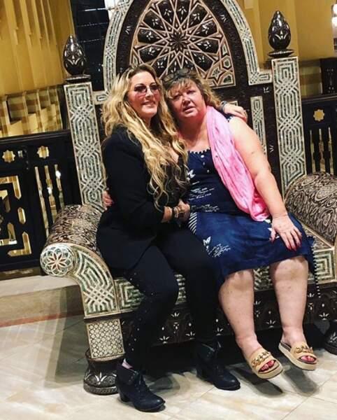 Moment complice entre Loana et sa maman Violette à Dubaï.