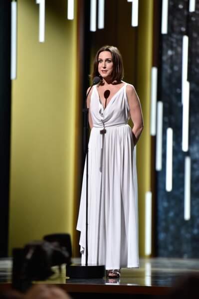 La superbe Elsa Zylbersteinest montée sur scène pour décerner le Césardu meilleur acteur dans un second rôle