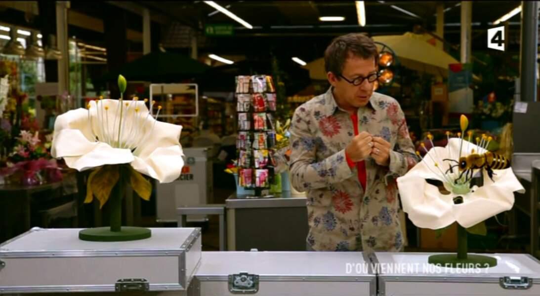 """Dans la catégorie """"Les looks de Jamy"""" : chemise fleurie, pour parler avec les fleurs..."""