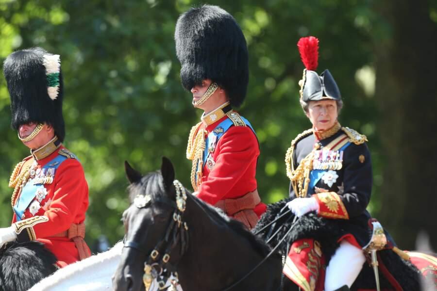 Comme le prince Charles, caché sous son chapeau, la princesse Anne est arrivée à cheval