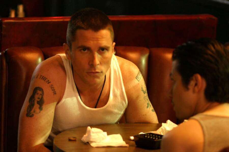 Crane rasé et tatouages ostentatoires dans Bad Times (2007)