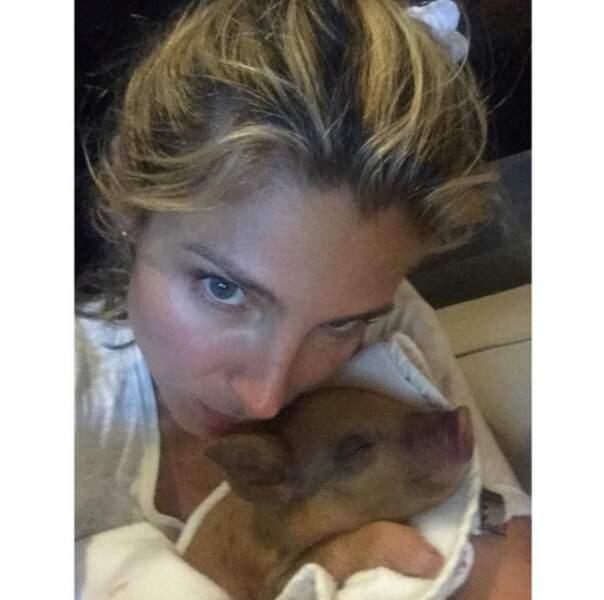 Et la nouvelle membre de la famille Pataky - Hemsworth : Tina le bébé cochon !