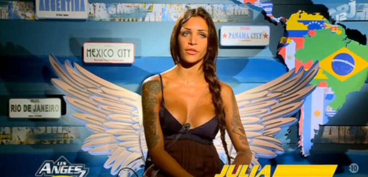 Julia des Anges 7 nous montre ce que signifie une tenue décolletée