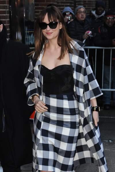 Pour son apparition au Late Show en février 2015, Dakota Johnson opte pour un ensemble jupe et gilet drapé en Vichy