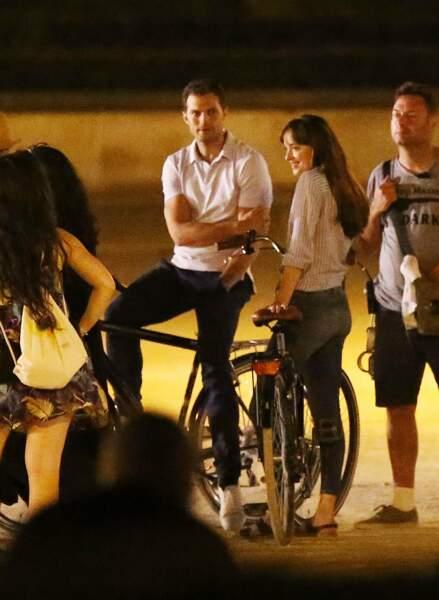 Puis en fin de soirée, direction le Louvre pour y tourner quelques scènes... à bicyclette