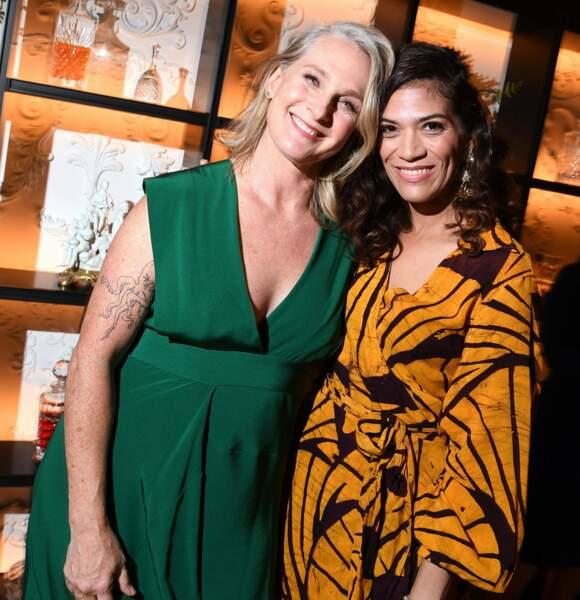 Laura Gomez n'aurait manqué le tapis rouge pour rien au monde. Ici avec l'une des invitées de la soirée.