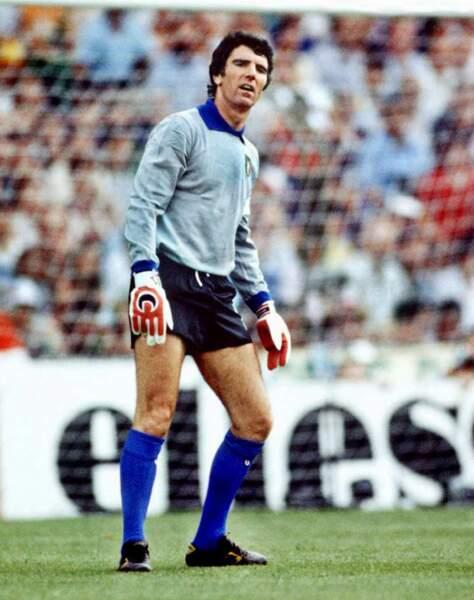 1982 - Dino Zoff, capitaine de l'Italie championne du monde après avoir battu la RFA en finale
