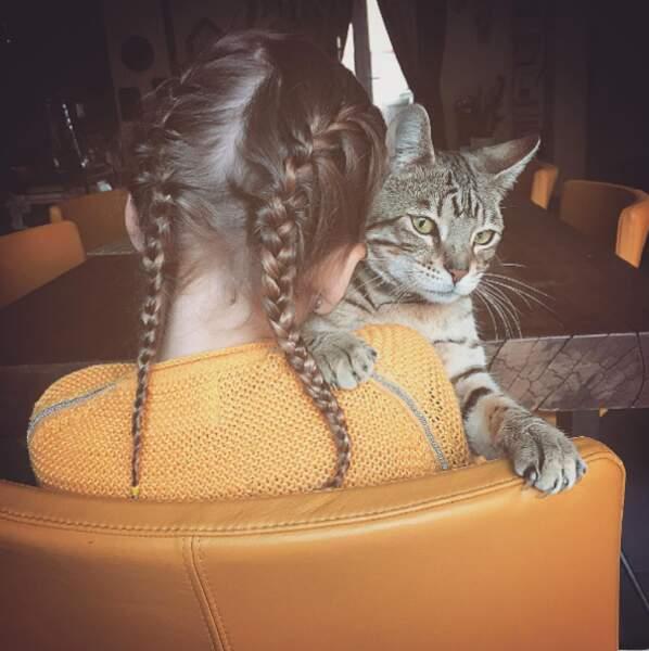 Point mignon : Manon, la fille de Laure Manaudou, et le chat familial.