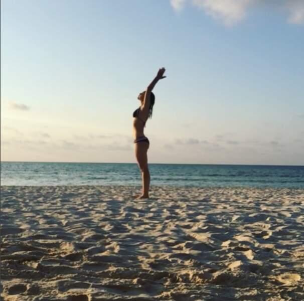 Elle est une adepte du yoga, surtout quand c'est en bord de mer