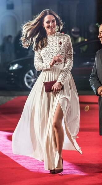Novembre. Chère Kate, cachez ses jambes que je ne saurais voir avec cette robe Self Portrait à 374€ pièce