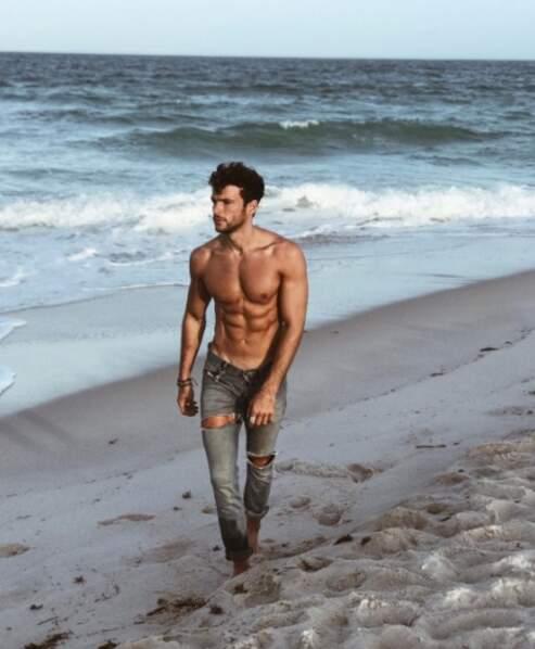 Sur la plage abandonnée, coquillages et beaux abdos ! En l'occurence ceux d'Hugo Philip !