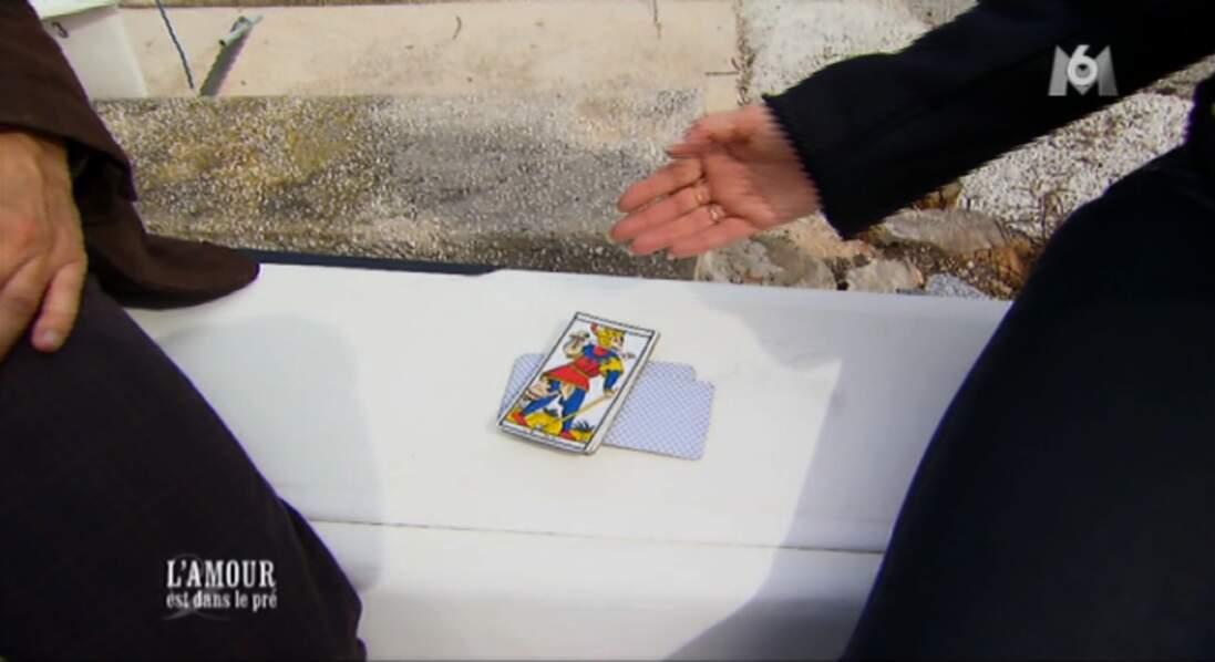 Christophe se fait tirer les cartes avant de rejoindre Chrystèle... Bizarrement la carte chien n'est pas sortie !