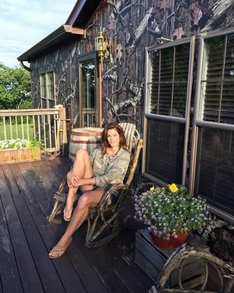 Cindy Crawford a tenté de se camoufler dans son chalet à Nashville.