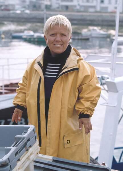 Mimie Mathy marin pêcheur : le jaune lui va comme un gant !
