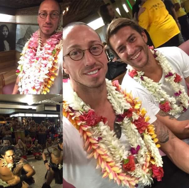 Fred Bousquet a immortalisé son arrivée à Tahiti. Au programme, collier de fleurs et danse traditionnelle