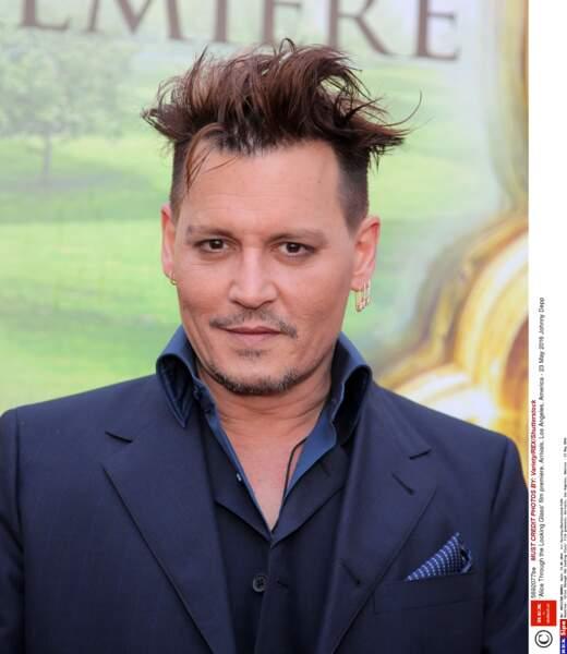 À 52 ans et avec un style un peu douteux, Johnny Depp va-t-il réussir à faire chavirer un nouveau coeur ?