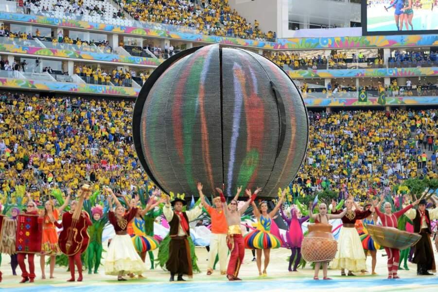 Qu'est-ce donc que ce globe ? La Terre ? Un melon géant ?  Un ballon de foot ?