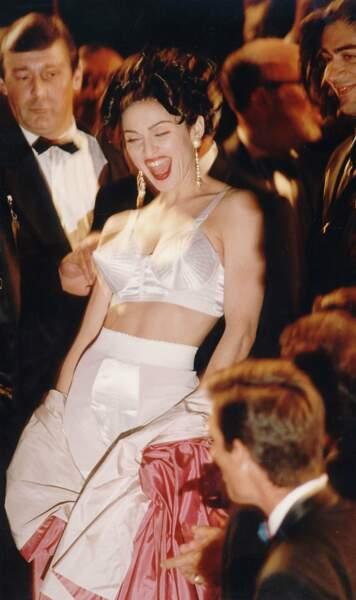 """1991 : La chanteuse et actrice Madonna à la première de son film """"In bed with Madonna"""""""