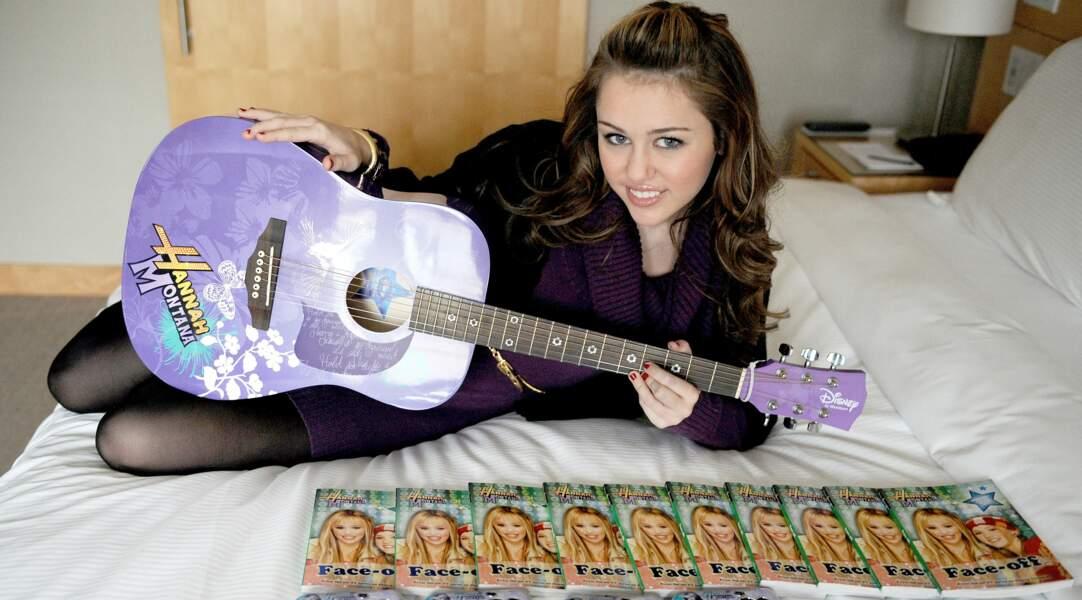 L'idole des jeunes Miley Cyrus dans le show Disney qui l'a révélé au monde, Hannah Montana (2006-2011).