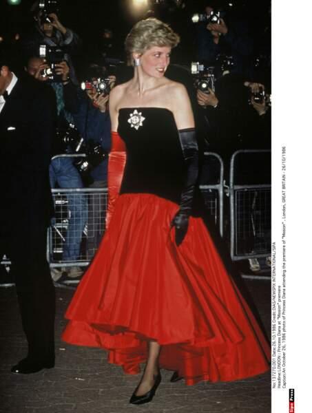 À la première de Mission Diana vêtue d'une robe style flamenco du couturier anglais Murray Arbeid