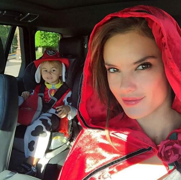La revoilà en chaperon rouge avec son fils...