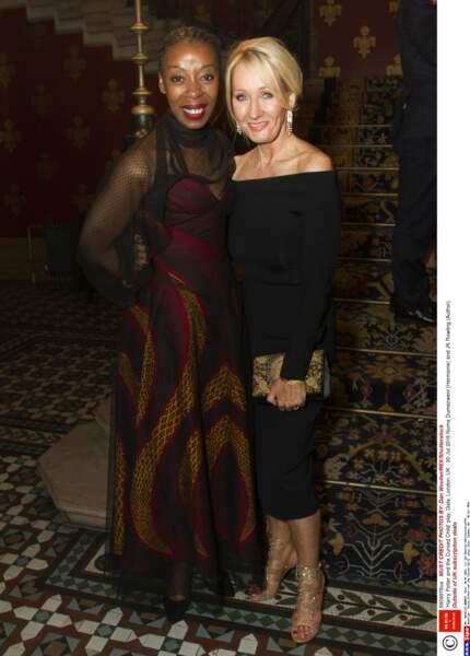 J.K. Rowling pose avec Noma Dumezweni, qui interprète Hermione adulte dans la pièce