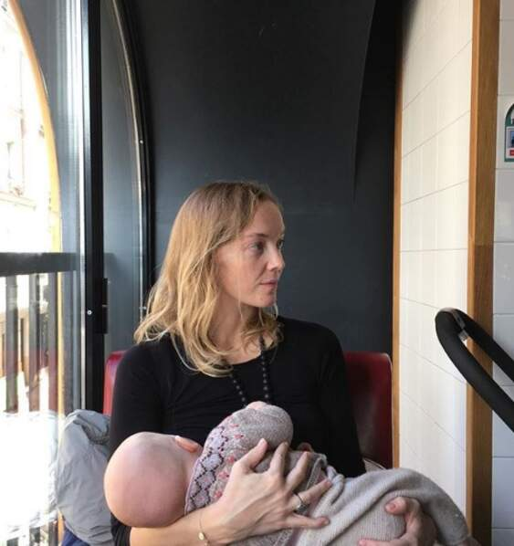 Pose allaitement pour Maya Lauqué et sa fille Jeanne
