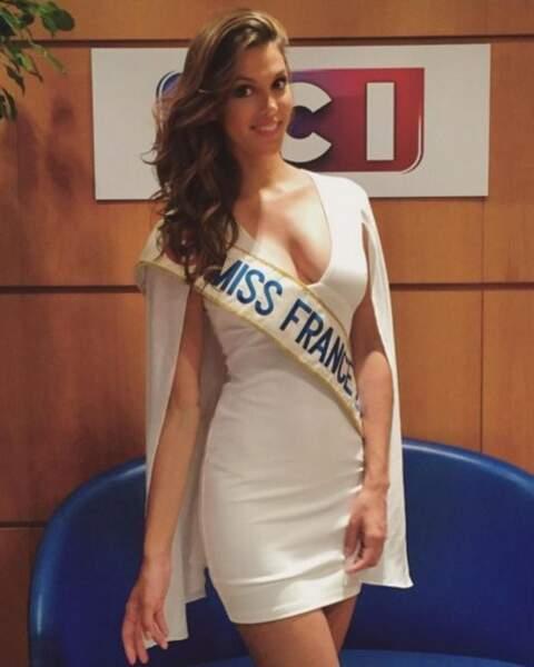 Iris Mittanaere, en bonne Miss France, soutient évidemment les Bleus