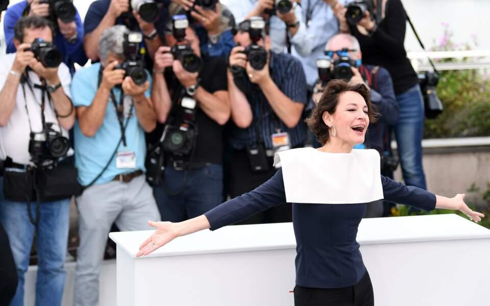 """De son côté, Jeanne Balibar, au photocall de """"Barbara"""", s'éclaitait devant les photographes"""