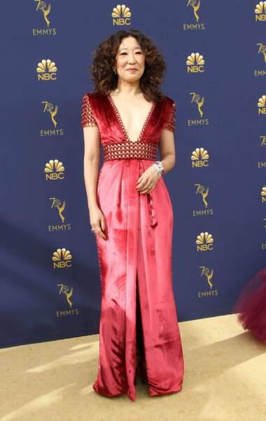 Sandra Oh a misé sur un décolleté plongeant, mais toujours avec classe, pour les Emmy Awards
