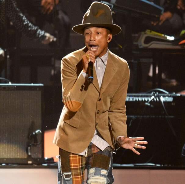 Sur scène, il a opté pour le pantalon patchwork et le chapeau size XXL...on est moins fans...