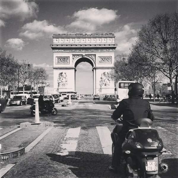 Là, elle est à... Paris.