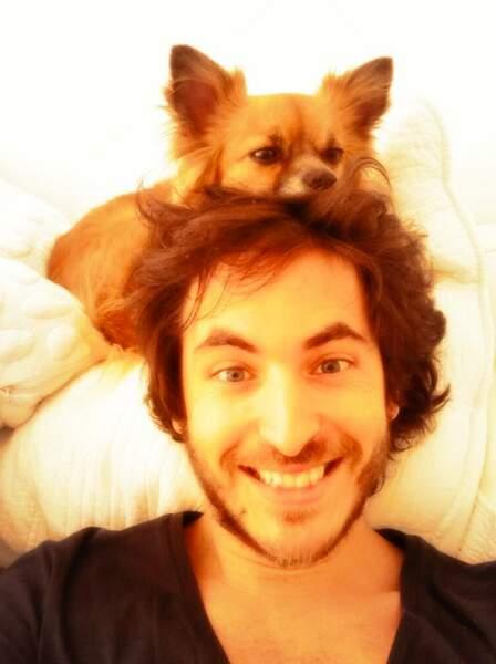 Mickael Miro a craqué pour ce petit chihuahua... Qu'il est meugnon!