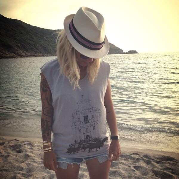 Elle en profite pour nous narguer un peu plus en faisant un selfie au bord de la plage.