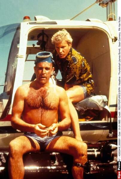 Sean Connery, prêt à plonger, dans Opération Tonnerre