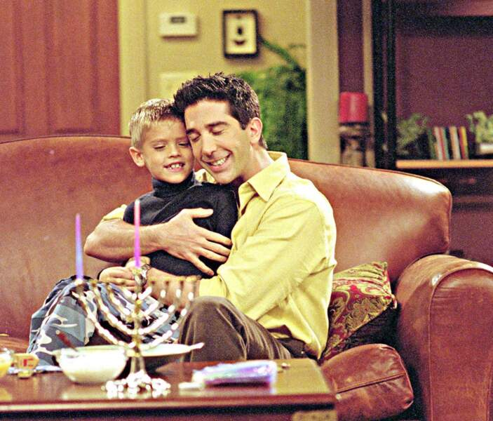 Cole Sprouse prêtait ses traits à Ben (en alternance avec son jumeau Dylan), le fils de Ross et Carol.