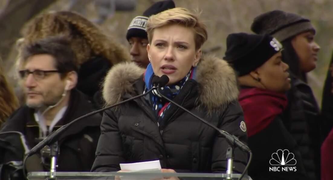 Scarlett Johansson, la mine grave, a aussi pris la parole à Washington…